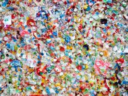 Arriva la plastic tax, la legge voluta dall'Ue e che l'Italia continua a rinviare